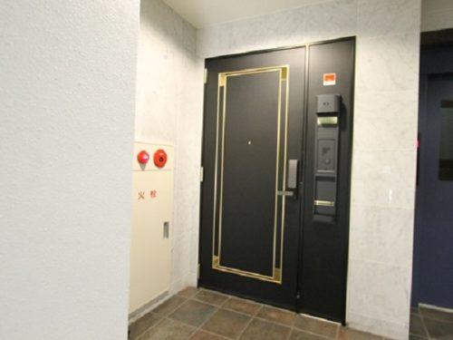 重厚感のある玄関ドア、オートロック付