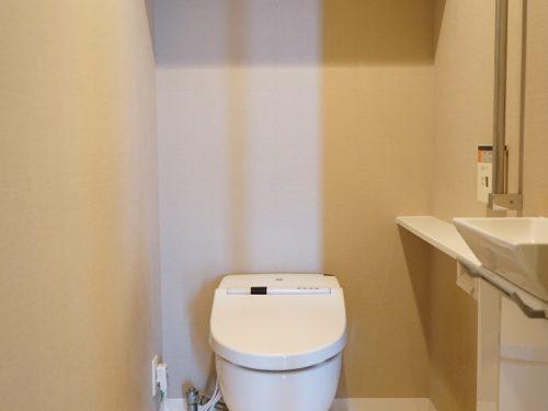 室内手洗い付トイレ、タンクレスの為、スペースも広いです
