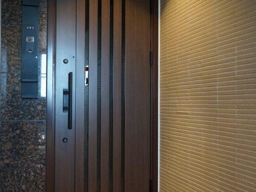 完全内廊下、重厚感のある玄関ドア(玄関)
