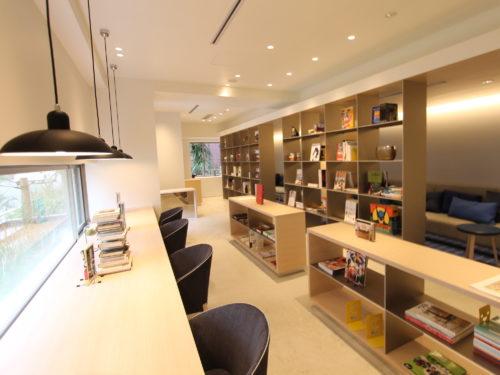 書斎や勉強スペースとして、またセルフドリンクが設置されている専用ライブラリー